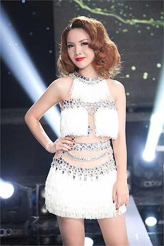 Xuất hiện trong một sự kiện, Yến Trang diện trang phục cắt xẻ táo bạo, quyến rũ.
