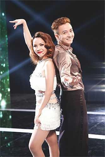 Cặp đôi khoe những màn vũ đạo lôi cuốn trên sân khấu.