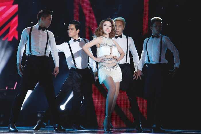Vẻ nóng bỏng của Yến Trang giữa dàn vũ công.