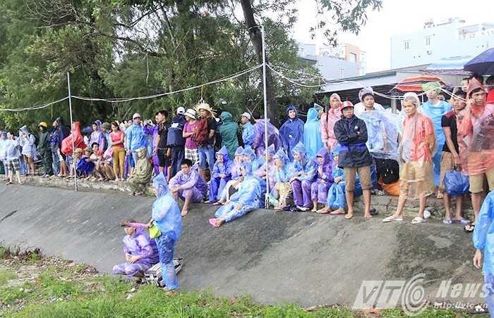 Chiều nay (30/7), hàng trăm du khách đã tập trung ở cảng tàu huyện đảo Cô Tô (Quảng Ninh) đợi tàu để về đất liền.