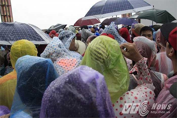 Hàng trăm du khách mắc kẹt tại đảo Cô Tô khi đến đây du lịch do mưa lũ bất thường.
