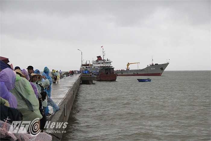 16h chiều 30/7, tàu hải quân sau một tiếng cập cầu cảng đón khoảng 200 khách đã nhổ neo, hướng về Cửa Đối. Du khách sau đó sẽ được vận chuyển tiếp về Cẩm Phả (Quảng Ninh).