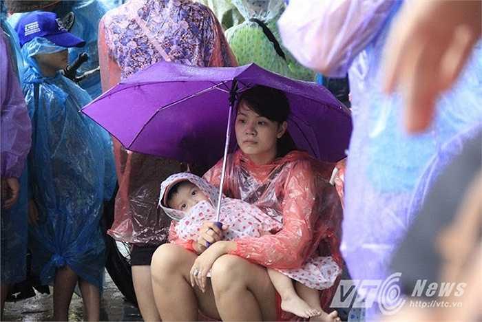 Nhiều gia đình đưa theo con nhỏ trong chuyến du lịch, vất vả đợi tàu ở cảng sau nhiều ngày mắc kẹt trên đảo.