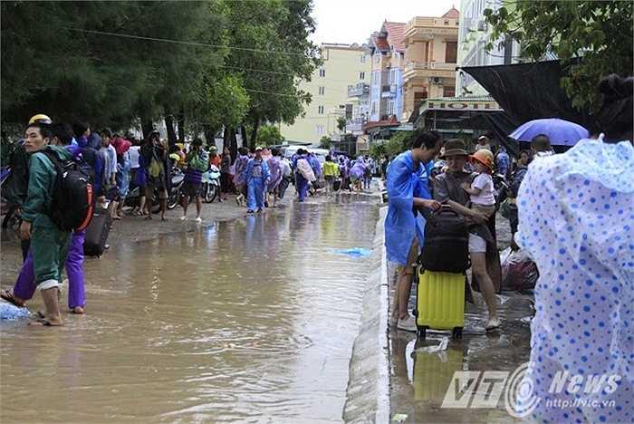 Tuyến đường từ trung tâm đảo dẫn ra cảng tàu cũng đang ngập nước.