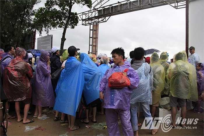 Thời tiết ở Cô Tô chiều nay vẫn mưa, gió lớn.