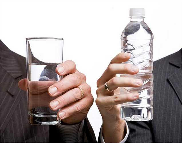 Chi phí:  Để uống nước đóng chai bạn sẽ phải tiêu hết một khoản tiền trong túi. Đây là một trong những lý do không nên uống nước đóng chai.
