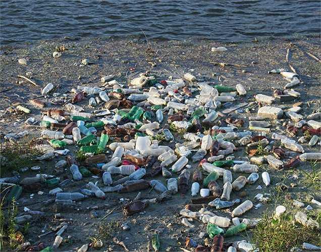 Không thân thiện với môi trường: Chúng ta mua nước đóng chai và khi hết thì ném chai đi và xả rác trái đất. Các loại chai không tự phân hủy, nên đây là lựa chọn không thân thiện mới môi trường.