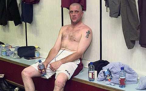 Julian Dicks - Cựu cầu thủ của Liverpool từng là một chuyên gia đóng cũi