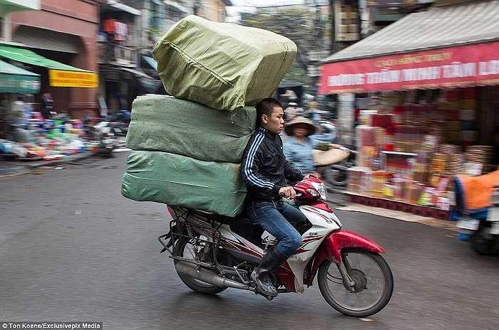 Tài xế trở nên nhỏ bé trước những bao tải lớn