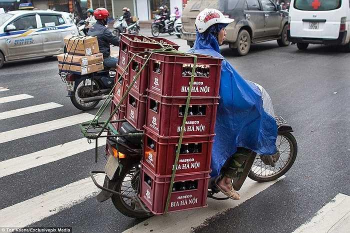 Cả chục thùng bia nặng trên xe