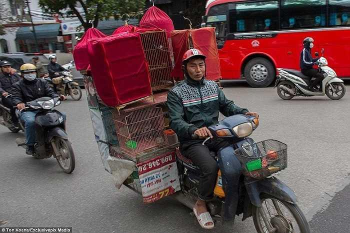 Nhiều người băn khoăn tại sao lái xe lại xếp được những thứ đồ cồng kềnh này lên xe và di chuyển dễ dàng