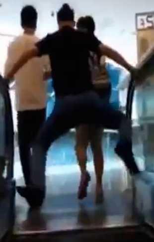 Một thanh niên nhảy lên để tránh bị thang cuốn 'nuốt'