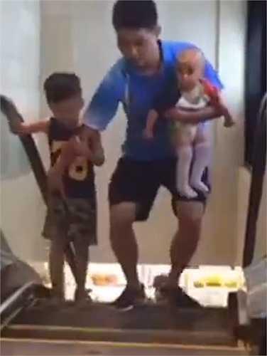 Ông bố cẩn thận bảo vệ 2 đứa con để tranh tai nạn xảy ra