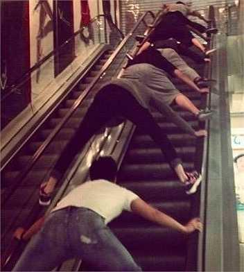 Đám thanh niên để hai chân lên tay vị thay vì đứng trên thang cuốn