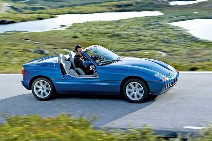BMW Z1 - Một chiếc BMW mui trần chạy trên phố luôn thu hút được ánh nhìn của giới trẻ. Ngoài ra với sức mạnh động cơ 168 mã lực đặt dưới nắp ca-pô, quả thực nó là niềm ao ước của tất cả mọi người.