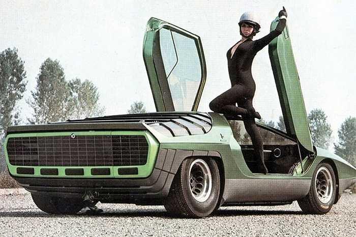 Alfa Romeo Carabo -  Carabo trong tiếng Ý có nghĩa là 'bọ cánh cứng'. Các vệt màu xanh lá cây phát sáng của một số loài bọ cánh cứng chính là nguồn cảm hứng tạo nên vẻ ngoài nổi bật của Carabo.