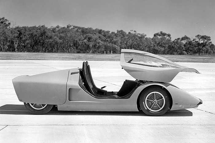 Holden Hurricane - Hurricane có kiểu dáng hình chiếc nêm với thân xe bằng sợi thủy tinh gồm ba phần: buồng lái, động cơ và lớp vỏ. Chiếc xe thể thao được trang bị động cơ đặt giữa và sơn màu cam ánh kim.