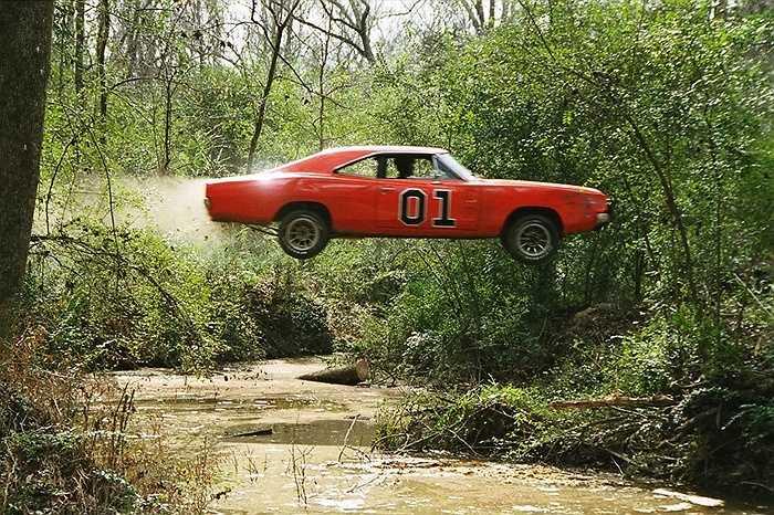 Dukes' Charger - Sau những cú nhảy kinh hoàng, chiếc xe màu da cam 1969 Dodge Charger trong bộ phim 'Dukes of Hazzard' đã được bầu chọn là chiếc xe trong phim ấn tượng nhất mọi thời đại.