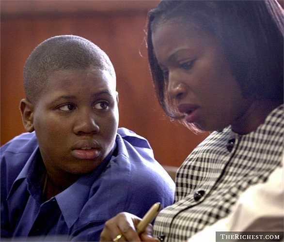 Lionel Tate, 12 tuổi. Lionel là một cậu bé rất ham mê đấu vật. Và trong một lần chơi đùa với cô em Tiffany Eunick – 6 tuổi, cậu bé đã tấn công quá mạnh khiến Tiffany tử vong. Sau đó, Lionel bị bắt và bị quản chế chặt chẽ. Cậu được thả tự do vào năm 2004 nhưng không lâu sau lại quay lại nhà tù với tội trộm cắp
