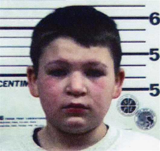 """Jordan Brown, 11 tuổi. Jordan Brown trở thành sát nhân """"1 xác 2 mạng"""" khi cậu bé dùng súng lục bắn chét người mẹ kế 26 tuổi của mình lúc đó đang mang thai đứa con thứ 3. Vụ việc xảy ra vào buổi sáng sớm và cậu bé vẫn đi học bình thường trước khi về nhà và lạnh lùng nhận tội ngay kể cả khi đã bị còng tay"""