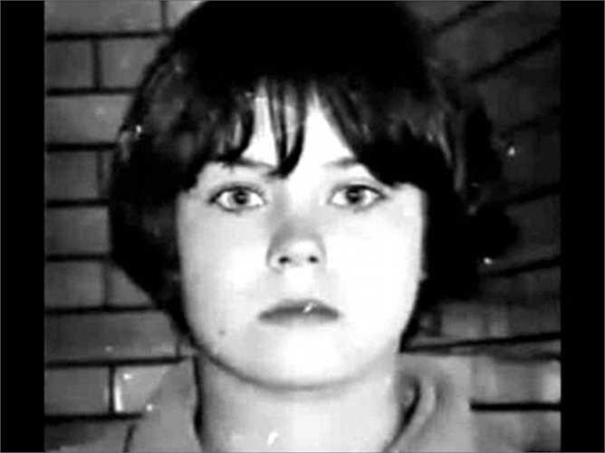 Mary Bell, 11 tuổi. Cậu bé 3 tuổi Brian Howe được tìm thấy khi đã chết với nhiều vết thương kỳ lạ và đặc biệt là chữ M rất lớn trên bụng. Trong tang lễ của cậu bé, chi tiết Mary Bell đứng xoa xoa tay vẻ mãn nguyện không thoát khỏi mắt của các cảnh sát và thật rùng rợn là sau đó, chính cô bé 11 tuổi khai nhận một cách bình thản tội ác tày trời của mình.