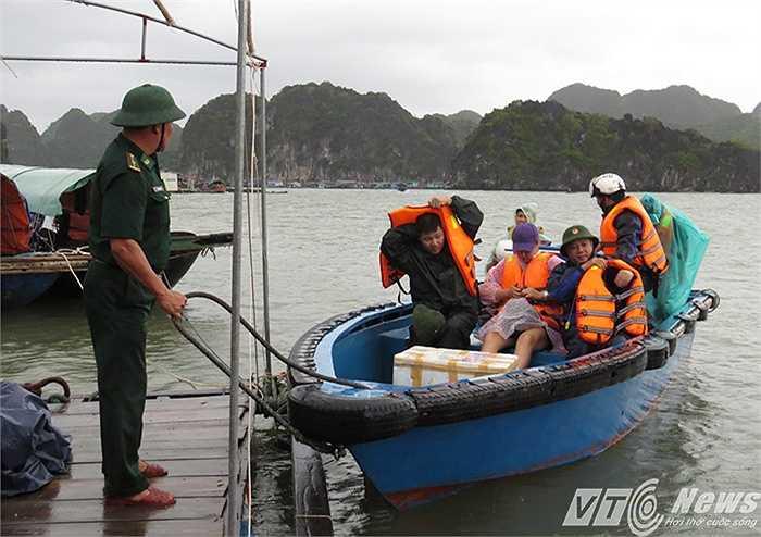 16h30 chiều nay (30/7), đoàn công tác của cán bộ Đồn Biên phòng Cát Bà (Bộ Chỉ huy Biên phòng Hải Phòng) cùng nhóm phóng viên phải sử dụng chiếc xuồng chuyên dụng để vượt biển ra xã đảo Việt Hải (Cát Hải, Hải Phòng)
