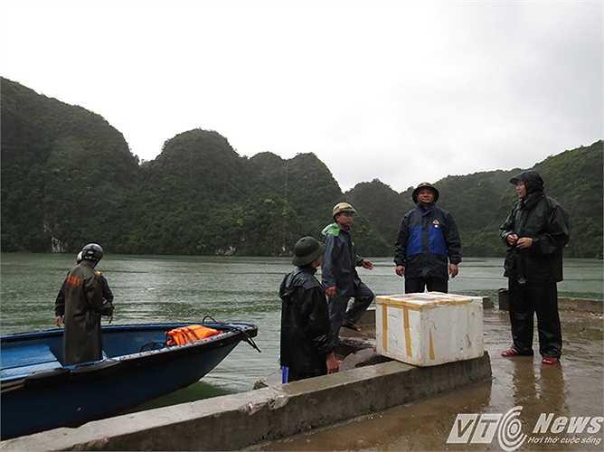 Gần 30 phút chiếc ca nô mới mới tới bến tàu vào xã đảo Việt Hải. Bầu trời vẫn âm u, mây đen vần vũ, từng cơn mưa vẫn trút xuống khu vực xã đảo này.