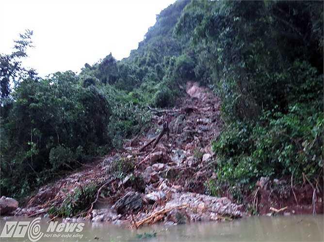 Lở núi hàng trăm tấn đất đá đổ sập xuống, con đường vào xã giờ đang ngập nước.