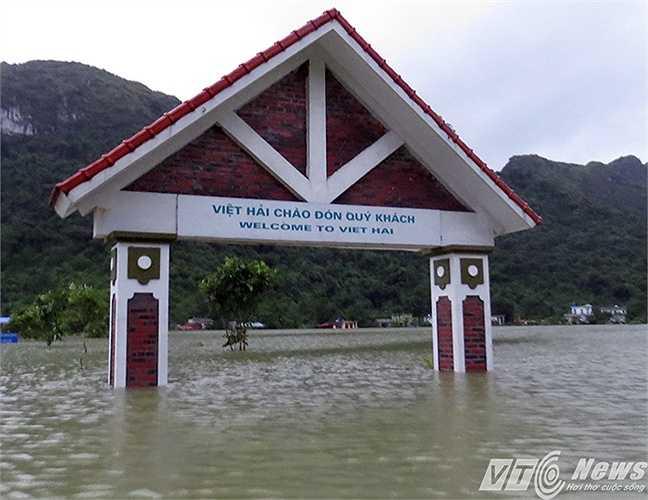 Chiếc cổng chào của xã giờ đã ngập sâu trên 2m nước.