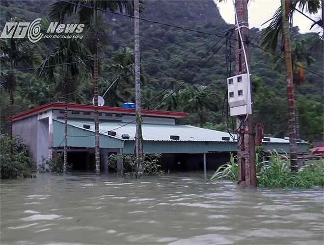 Nhà cửa, công trình của 30 hộ gia đình đã bị ngập hoàn toàn.