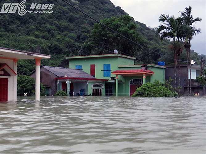 Vật nuôi, cây trồng, đồ đạc sau một đêm đã ngập lụt, mất trắng.