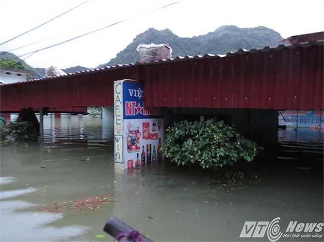 Hàng quán nước ngập gần mái nhà.