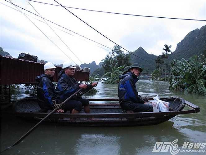 Các lực lượng chức năng đều phải sử dụng phương tiện thuyền, mảng để di chuyển, giúp đỡ người dân trong mưa lụt.