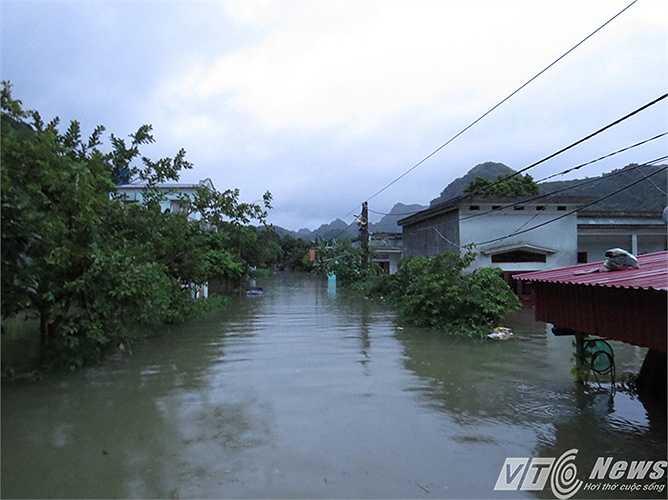 Con đường trục chính, hai bên dân cư sinh sống giờ đã chìm trong biển nước.