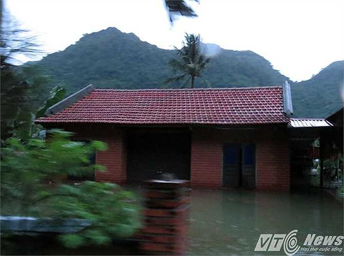 Một số nhà ở vị trí cao hơn nhưng nước cũng ngập lưng chừng nhà.