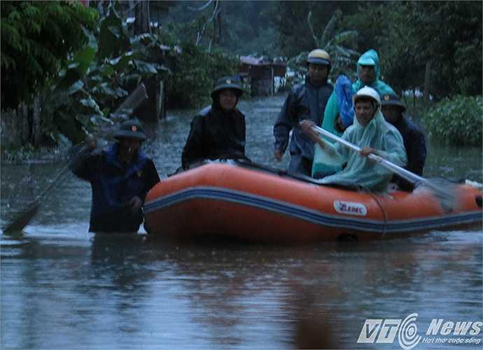 Hàng trăm cán bộ, chiến sỹ, lực lượng phòng chồng lụt bão, tìm kiếm cứu nạn của huyện Cát Hải đã có mặt để hướng dẫn, giúp đỡ người dân đối phó với tình trạng mưa lũ.