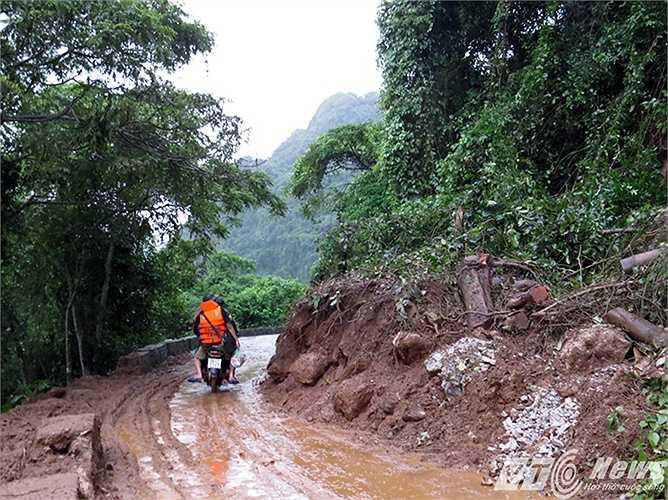 Do những ngày qua mưa lớn, dọc đường vào xã đảo đã xảy ra nhiều đoạn sạt lở nghiêm trọng.