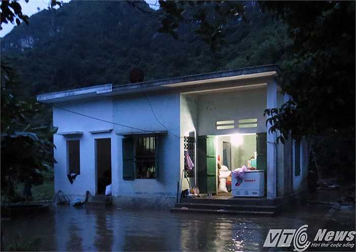 Những hộ gia đình ở vị trí chưa bị ngập lụt vẫn còn may mắn sử dụng được điện lưới.
