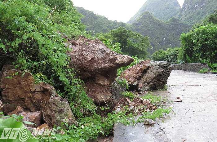 Nhiều khối đá lớn lăn xuống chặn ngang đường.