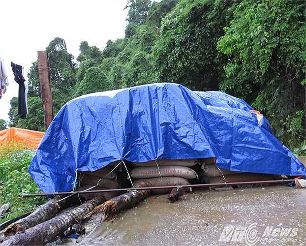 Đường vào, có một lán trại của đơn vị thi công xây dựng đường nông thôn mới đã bị thiệt hại nặng nề về vật tư, máy móc.