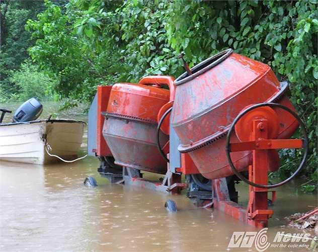 Máy móc hư hại do mưa lớn.