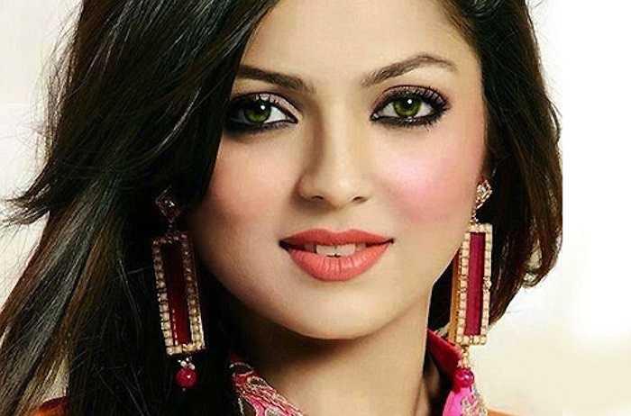 Drashti Dhami xuất thân là một người mẫu với chiều cao lý tưởng và vóc dáng cân đối