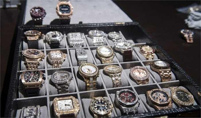 Bộ sưu tập đồng hồ trị giá 6,4 triệu USD. Thời gian là miễn phí nhưng đồ dùng để đo đếm thời gian thì không như vậy. Đặc biệt là trong trường hợp của đại gia quyền anh, Floyd Mayweather. Anh đã bỏ 6,4 triệu USD – cả một gia tài đối với nhiều người để sắm cho mình bộ sưu tập hơn 20 chiếc đồng hồ hàng hiệu để diện hàng ngày