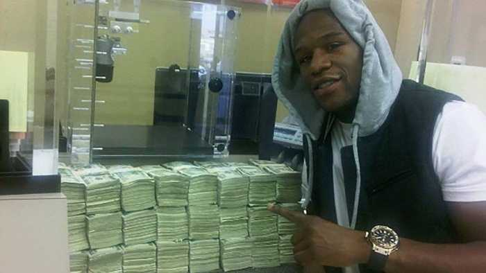 Cá cược thể thao. Ngoài quyền anh, Floyd Mayweather còn là đam mê nhiều môn thể thao khác. Năm 2011, anh đã bỏ ra 1 triệu USD để cược trong một trận đấy của đội New England Patriots. Nhưng không lâu sau đó, chính anh lại phá kỷ lục của mình khi dành ra 6 triệu USD để dành cho một game đấu của đội bóng rổ Miami Heat