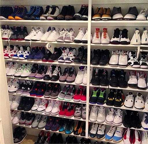 Tủ giầy khổng lồ. Nhìn vào tủ giầy của Floyd, nhiều người sẽ xuýt xoa vì những đôi giày thuộc dạng đắt giá và hiếm nhất thế giới. Tuy nhiên, đây thực tế là thú vui ít 'tốn kém' nhất của anh khi anh nhận được chúng từ các công ty muốn sử dụng hình ảnh một tay đấm mạnh mẽ đang đi sản phẩm của mình trong chân