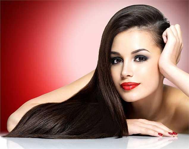 Tóc khỏe: Dâu tây giúp ngăn ngừa rụng tóc. Nó chứa các chất dinh dưỡng có hiệu quả ngăn rụng tóc, gàu và nhiễm nấm. Nhiều người sử dụng dâu tây ủ tóc, dùng dâu tây nghiền nát ủ tóc thì bạn sẽ có mái tóc sáng bóng và khỏe mạnh.