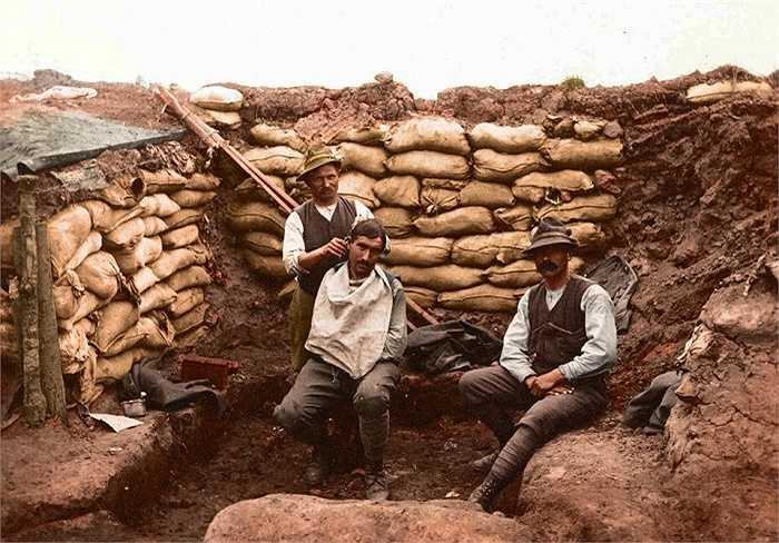 Binh lính dành hầu hết thời gian ở các chiến hào để sẵn sàng chiến đấu. Trong hình một binh sĩ cắt tóc cho đồng đội ngay dưới chiến hào ở mặt trận Albania