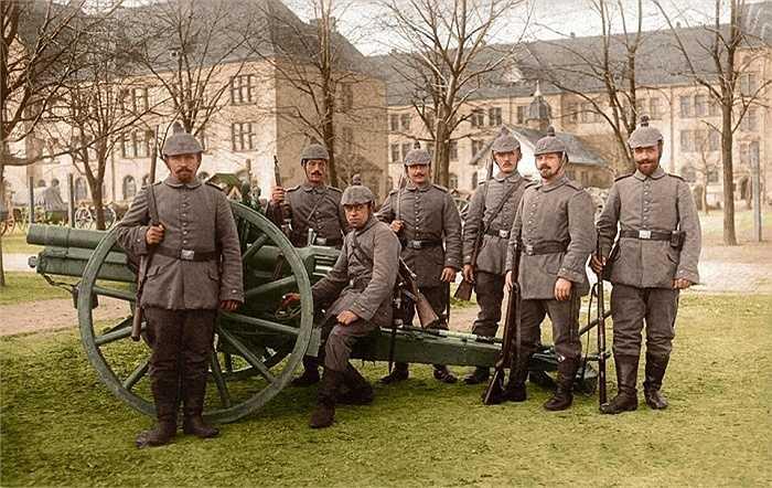 Binh lính Đức chụp ảnh cùng khẩu pháo vào năm 1914 khi chiến tranh bắt đầu nổ ra