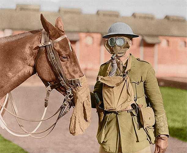Một binh lính Canada đeo mặt nạ phòng độc. Thời điểm này sự phát triển của vũ khí hóa học là mối lo ngại