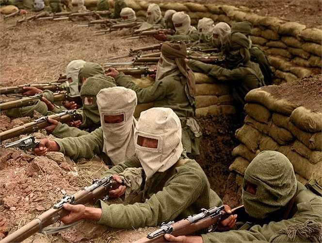 Đề phòng kẻ địch tấn công bằng khí độc, các binh lính Ấn Độ phải đeo mặt nạ khi chiến đấu dưới các chiến hào